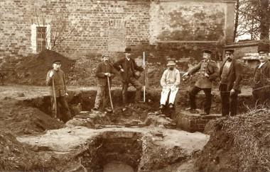 Her udgraves indgangen til den ene af de to varmeovne (hypocauster), der fandtes under gulvet i østfløjen.
