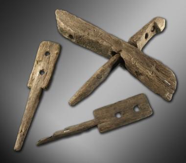 Der blev fundet en del tilbehør til møllen. Her dele af et møllehjul med en fast paddelholder, samt to løse paddelholdere.