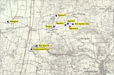 [:da]1. Kort over de otte bopladser (blå) og kogestensgrubefeltet (rødt).[:de]1. Kort over de otte bopladser (blå) og kogestensgrubefeltet (rødt) i Brunde/Egelund.[:]