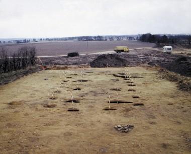 Huset er 16,8 x 6,1 m. Afstanden mellem vægstolperne er ca. 3 m og viser, at huset har haft vægge af vandretliggende tømmer.