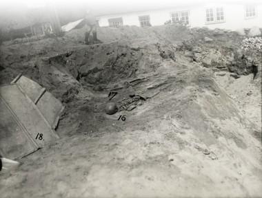 [:da]Grav 16 og 17 ses frilagt i maj 1931. Foto: J. Raben. [:de]1. 1. Sandgrav bag Ketting Bygade med 2 grave frilagt i maj 1931. [:]