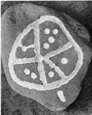 """Soltegn med fem """"eger"""" og skåltegn. Stenen stammer fra et anlæg, der ligesom hjulgraven er blevet brugt til begravelser og muligvis rituelle aktiviteter i senneolitikum. Foto: P.V. Glob."""