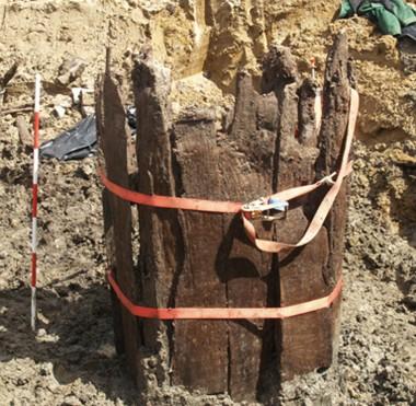 Brønden var nedgravet ca. 4 meter under muldlaget, så der har været noget af en kraftanstrengelse af grave ned til brøndkassen med træspader, som må have involveret mange beboere.
