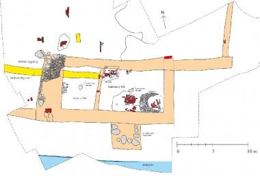 Den fornemme bygning, med køkken og trappetårn, indtegnet i lyserødt. Til venstre fundament og brolagt gulv fra ældre bygning. Tegning Tenna Kristensen.