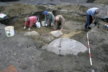 Stenen i forgrunden er forgæves forsøgt kløvet. Foto Tenna Kristensen.