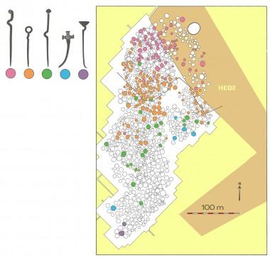 Den store bronzealderhøj ses øverst til højre. På kortet ses det, hvordan den ene dragtnåletype med tiden, afløser den anden. Efter E. Jørgensen 1975:5.