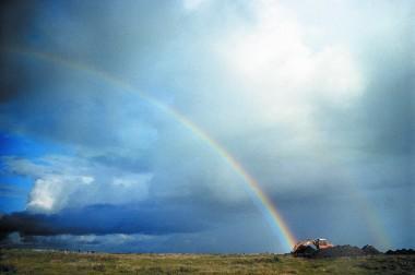 Der kan findes arkæologisk guld for enden af regnbuen og gravemaskinens skovl. Foto: Tenna R. Kristensen.