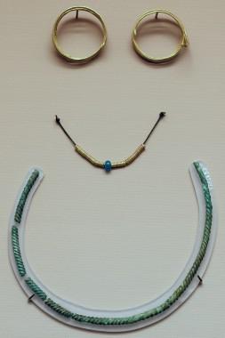 De to spiralringe og de fire spiralperler af guld, glasperlen og vredne halsring af bronze.