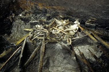 Fundet består af knap 1000 våbendele ofret i en klump. Foto: Per Poulsen, Nationalmuseet (efter Jørgensen & Vang Petersen 2003:fig. 33).