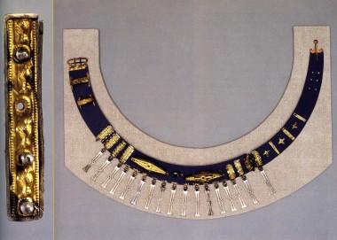 Til venstre ses et af beslagene med guldpresblik og blå glasindlæg. Foto: John Lee, Nationalmuseet (efter Jørgensen & Vang Petersen 2003:fig. 8).
