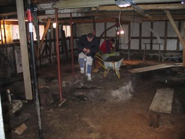 Gulvet i bygningen skulle sænkes, hvilket bragte sporene af husets forgængere frem. Foto: Tenna Kristensen, Museum Sønderjylland – Arkæologi Haderslev.