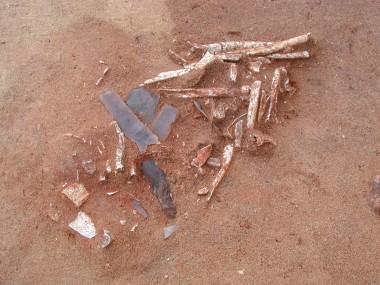 Rester af rød brændt okker som blev drysset over de brændte knogler.