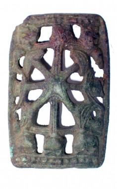 Med vikingemaske (øjne, skæg, bred mund med spidse tænder og langt flettet skæg) som motiv. Fra 900-tallet. Foto: Museet på Koldinghus.