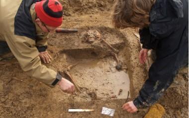 Arkæologerne udgraver den sydlige del af graven. Foto: Mette Nissen, Museum Sønderjylland.