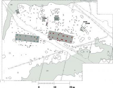 Den flade bakke omkranset af en fugtig lavning (grå) har givet mulighed for, at der i flere generationer kunne ligge to gårde side om side med hver deres udhuse/staklader.