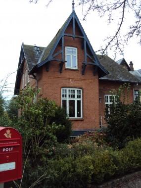 Huset er opført i historicistisk stil.