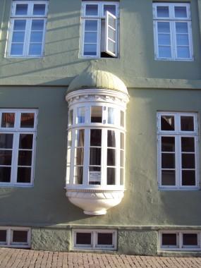 Detaljebillede af karnap som er blevet tilføjet bygningen senere.