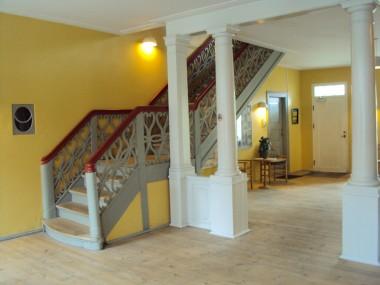 Selvom søjlerne i indgangen er af nyere dato, så passer de fint ind i det klassicistiske hus' detaljer.