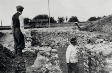 [:da]1. Udgravningen er næsten afsluttet. I baggrunden vejen, der gav anledning til fundet. [:de]1. Udgravningen i 1949.[:]