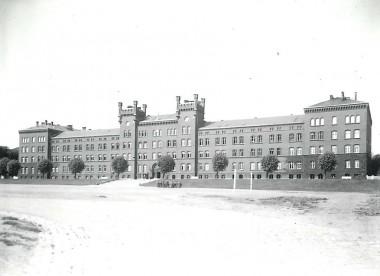 Tårnene var udstyret med karnapper på hjørnerne, de er siden fjernet. Foto: Historisk Arkiv for Haderslev Kommune.