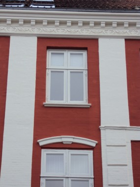 Forskellige detaljer pryder facaden og giver bygningen karakter.