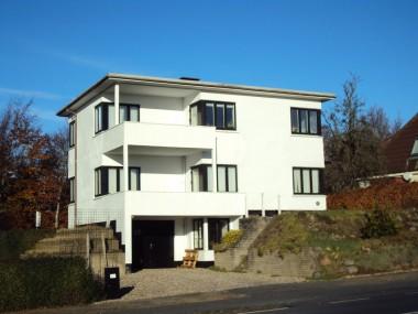 Den forenklede stil som huset er opført i afløser de tidligere tiders mere udsmykkede arkitektur.