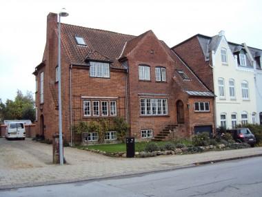 Huset er tegnet af arkitekten Peder Gram.