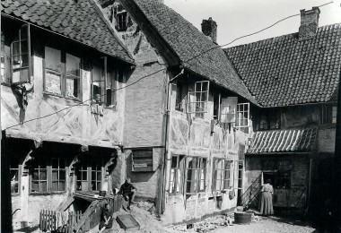 Baggården som den så ud i 1920, Der boede flere familier i huset. Foto: Historisk Arkiv for Haderslev Kommune.