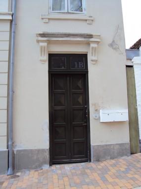Slotsgrunden 1's dør er et godt eksempel på, hvordan man kan give gamle huse nye døre uden at skæmme helhedsindtrykket.