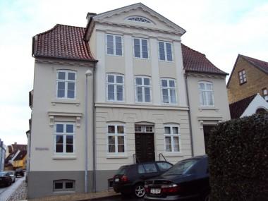 Huset er en meget symmetrisk, klassicistisk bygning.