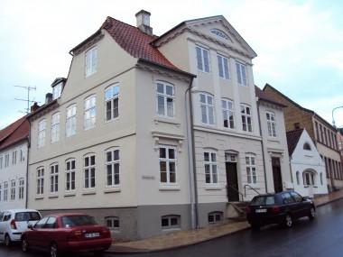 Huset er opført i klassicistisk stil.