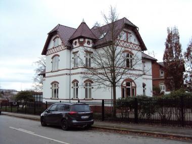 Huset står med sit oprindelige udseende, bortset fra det nye tag, som kostede tårnets tag dets klokkeform.