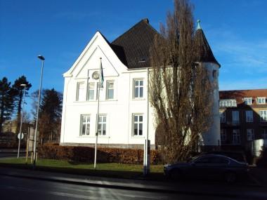 Man fornemmer de fine murværksdetaljer under den hvide puds på det gamle Kreishaus.