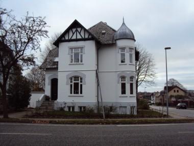 Huset er opført med mange dekorative detaljer.