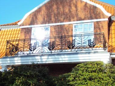 Detaljebillede af villaens jugendinspirerede rækværk, som muligvis er tilføjet huset senere.