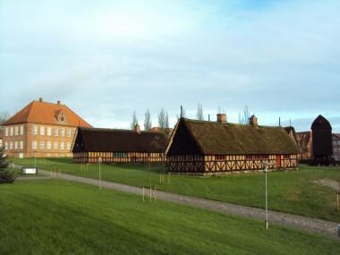 Frilandsmuseet ligger som en nostalgisk kontrast til de mange store omgivende huse fra starten af 1900-tallet.